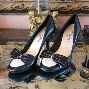 Stunning Chanel Black & White Leather Pumps Bow